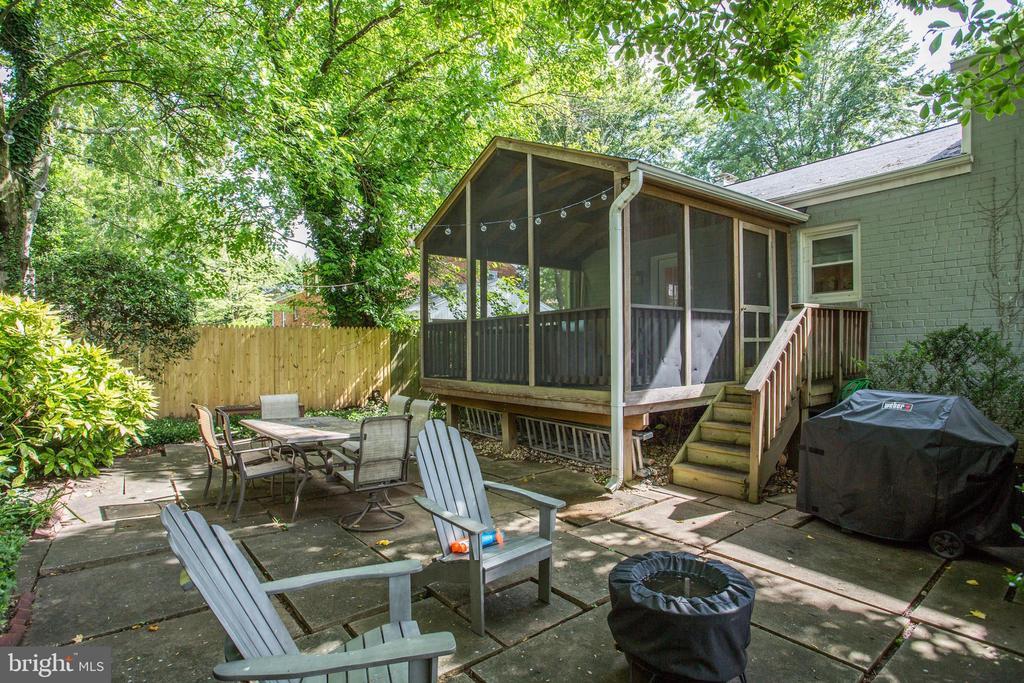 private patio opens to lawn area - 3831 N ABINGDON ST, ARLINGTON