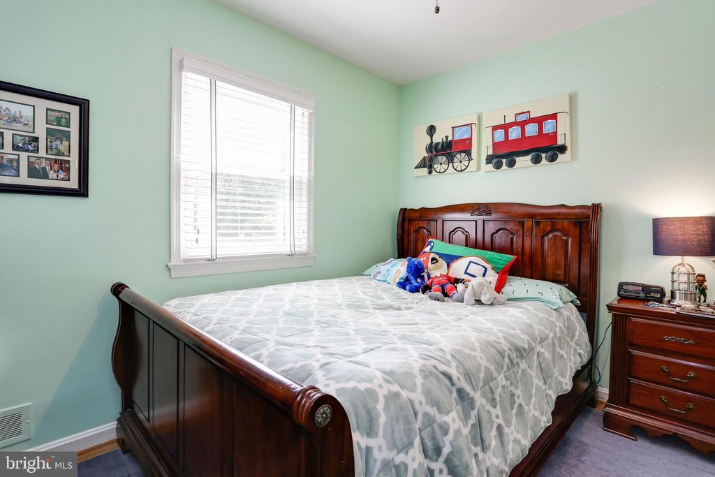 third bedroom with wood floors and desk space - 3831 N ABINGDON ST, ARLINGTON