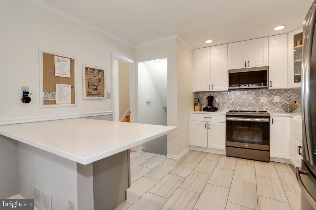 stainless appliances, tile floor for comfort - 3831 N ABINGDON ST, ARLINGTON