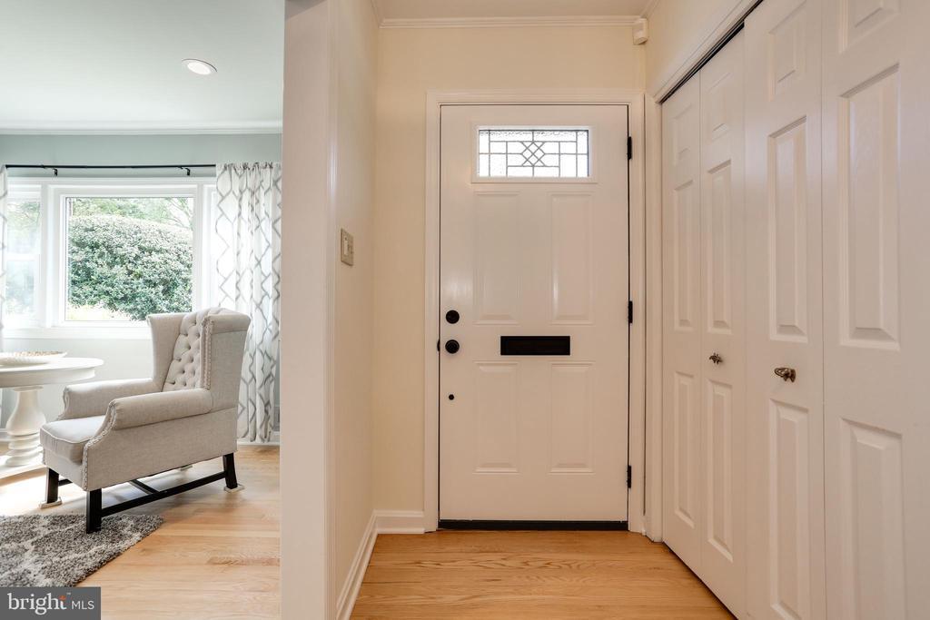 foyer entry with coat closet and LL mudroom - 3831 N ABINGDON ST, ARLINGTON