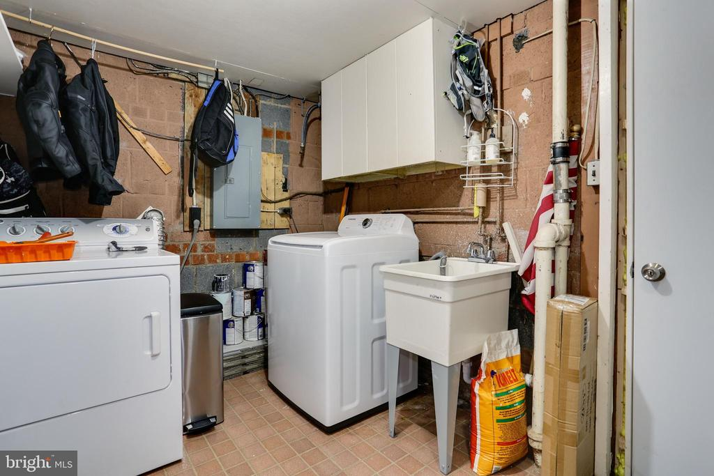 laundry room with utility sink and cabinet storage - 3831 N ABINGDON ST, ARLINGTON
