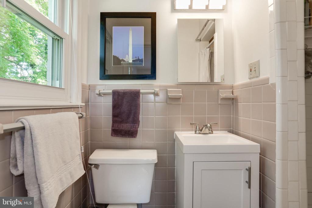vanity storage, updated lighting - 3831 N ABINGDON ST, ARLINGTON