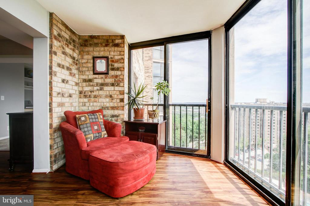 Sun Room/Screened-Porch with Spectacular Views! - 5902 MOUNT EAGLE DR #1406, ALEXANDRIA