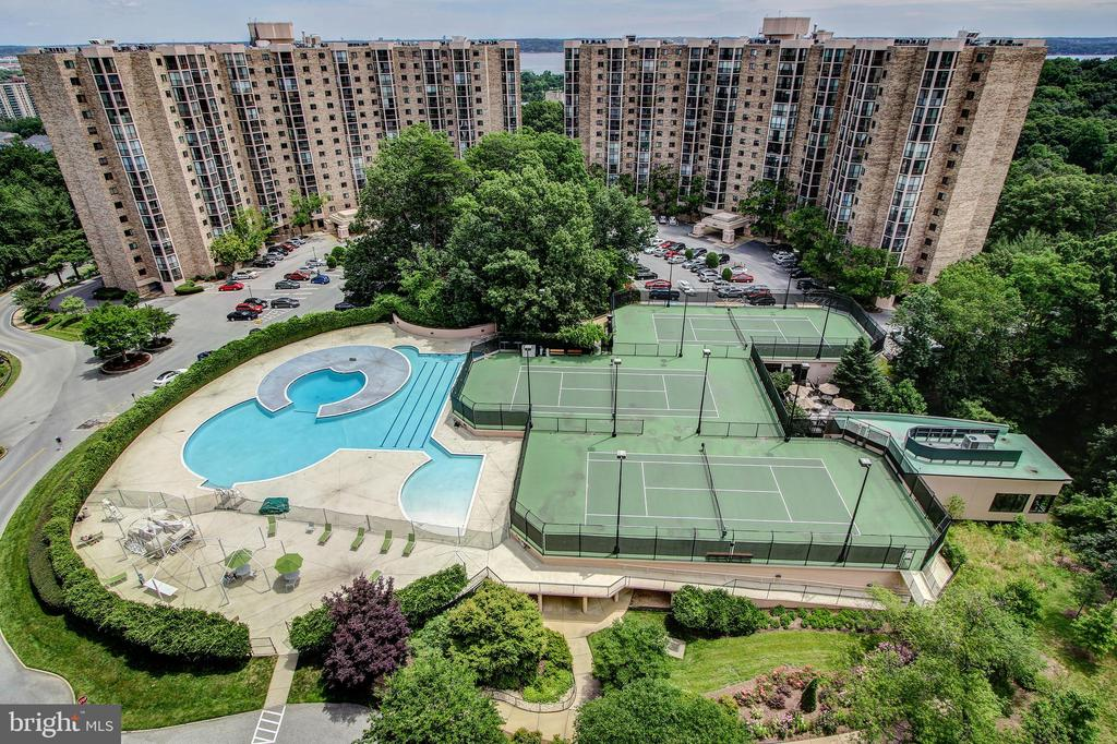 Overlooks Outdoor Swimming Pool and Park - 5902 MOUNT EAGLE DR #1406, ALEXANDRIA