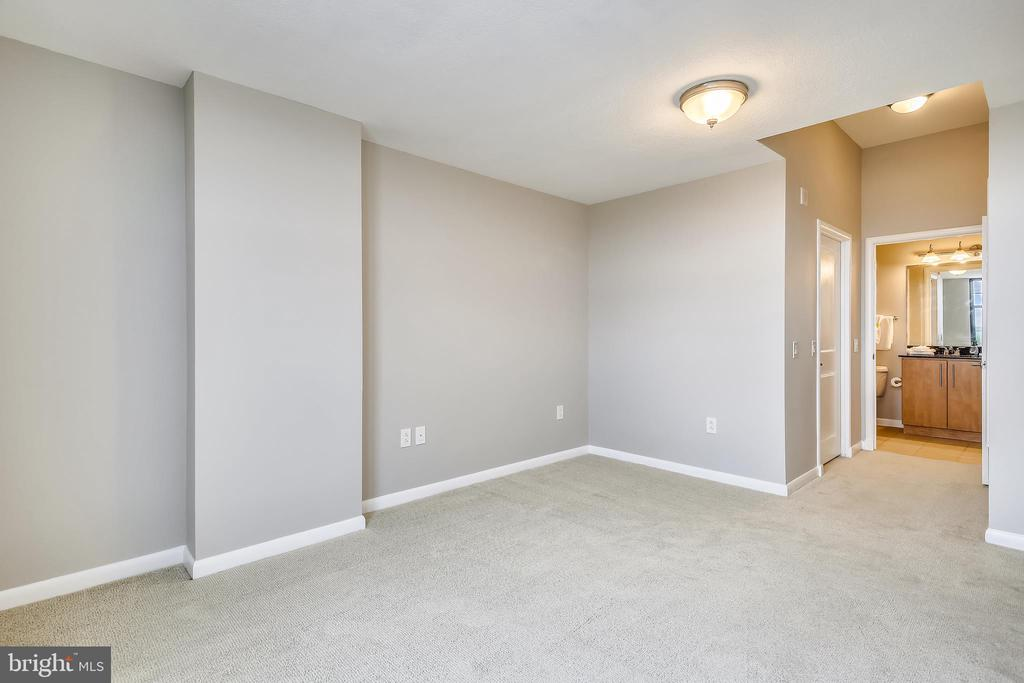 Master bedroom with dressing area - 1021 N GARFIELD ST #1030, ARLINGTON