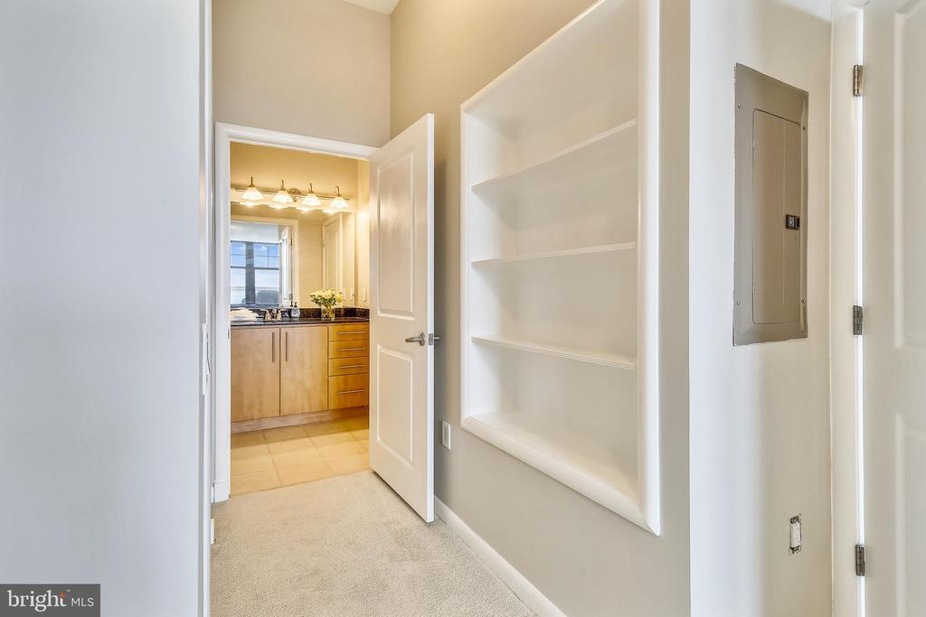Built in shelves and entrance to full bathroom - 1021 N GARFIELD ST #1030, ARLINGTON