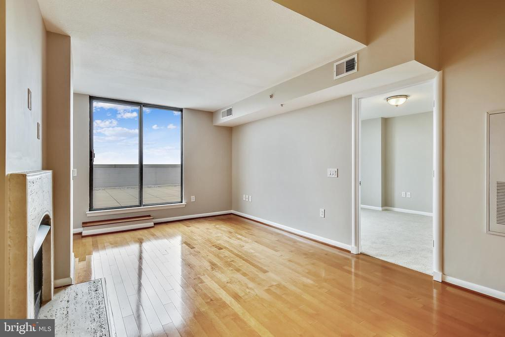 Living room with gas fireplace - 1021 N GARFIELD ST #1030, ARLINGTON