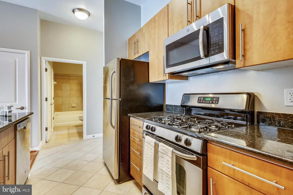 Gas range and new microwave - 1021 N GARFIELD ST #1030, ARLINGTON