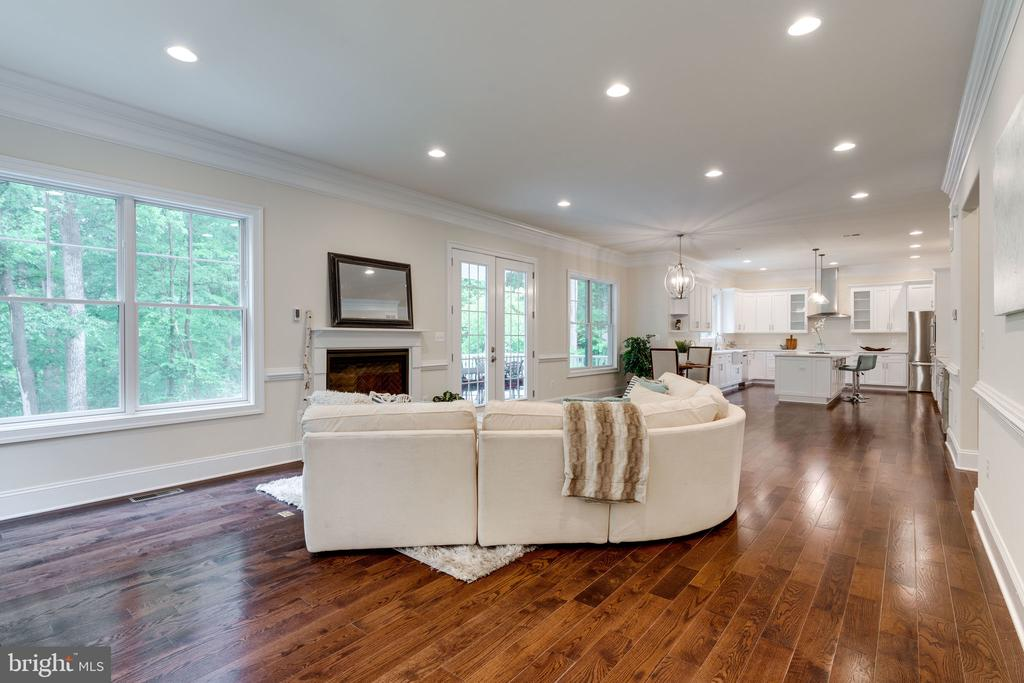 Kitchen effortlessly flows into Family Room - 8506 SHADEWAY PL, SPRINGFIELD
