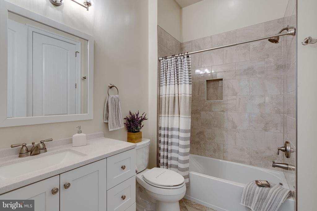 Main Level Full Bath - 8506 SHADEWAY PL, SPRINGFIELD