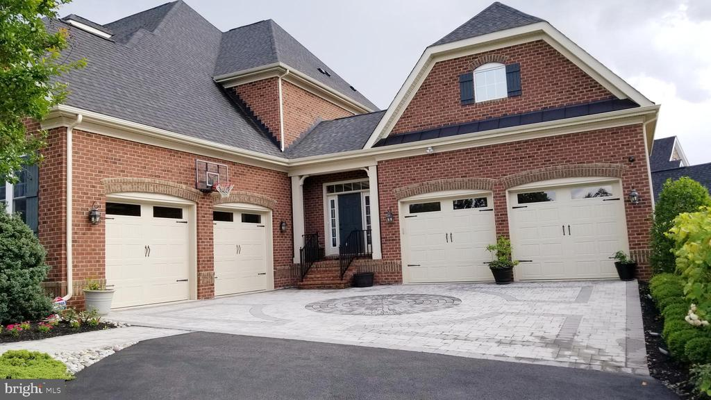 Four car garages - 26592 MARBURY ESTATES DR, CHANTILLY