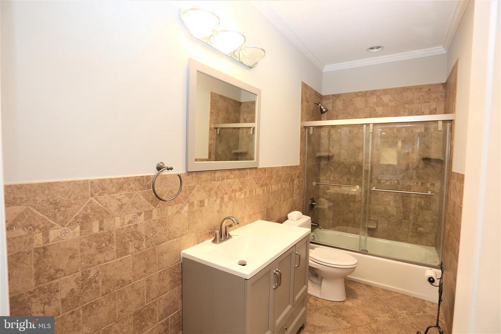 Main Level Full Bathroom - 28500 RIDGE RD, MOUNT AIRY