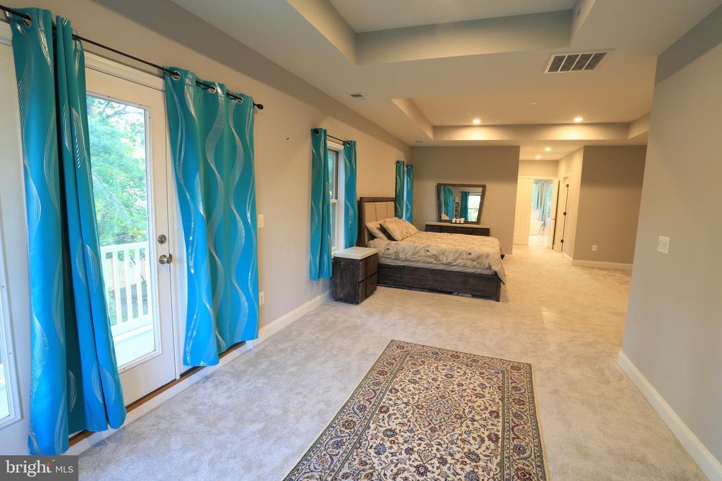 Upper-Level - Master Suite - sitting area - 10713 JONES ST, FAIRFAX