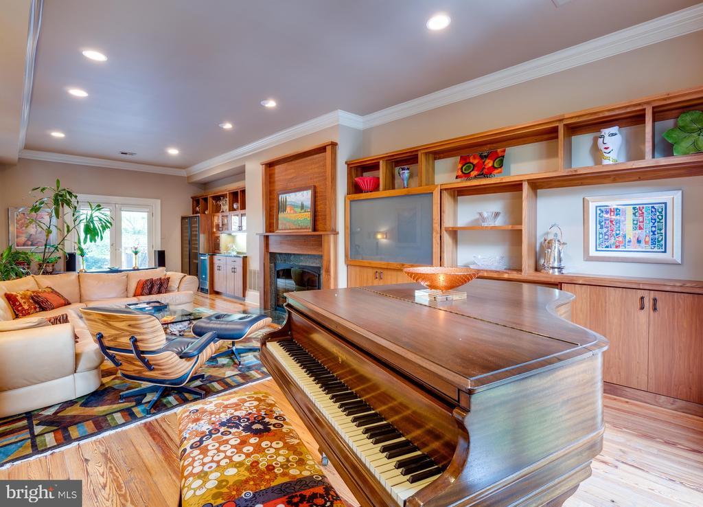 Living Room with custom built-ins - 112 5TH ST SE, WASHINGTON