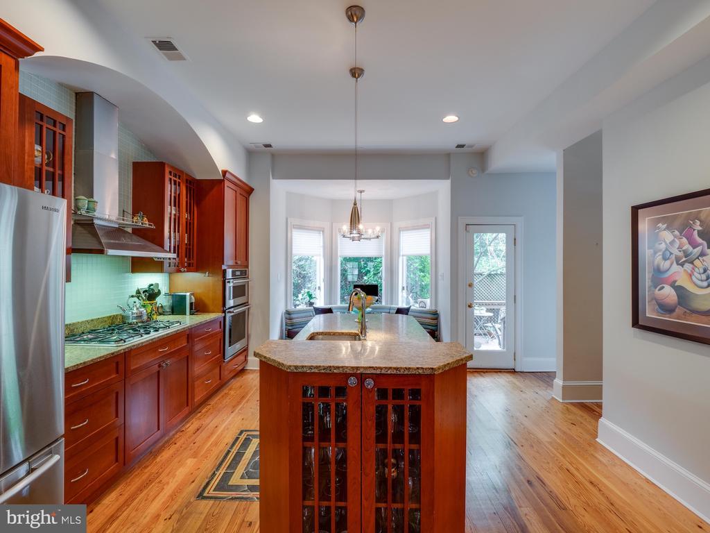 Chef's kitchen with breakfast banquette - 112 5TH ST SE, WASHINGTON