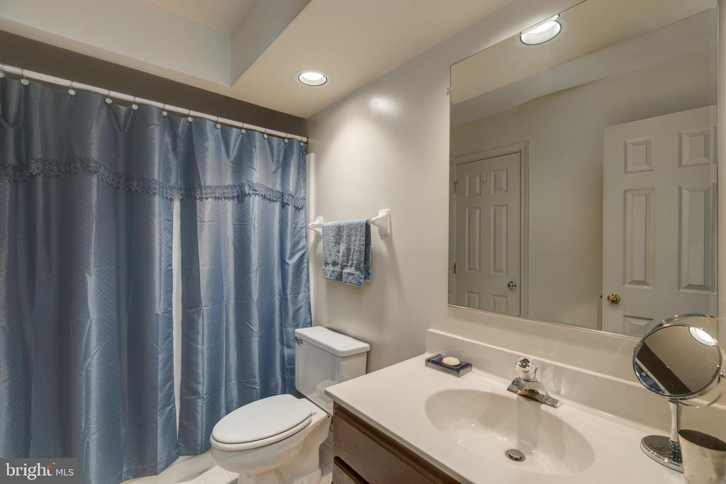 Lower level full bath with tub/shower - 3208 N TACOMA ST, ARLINGTON