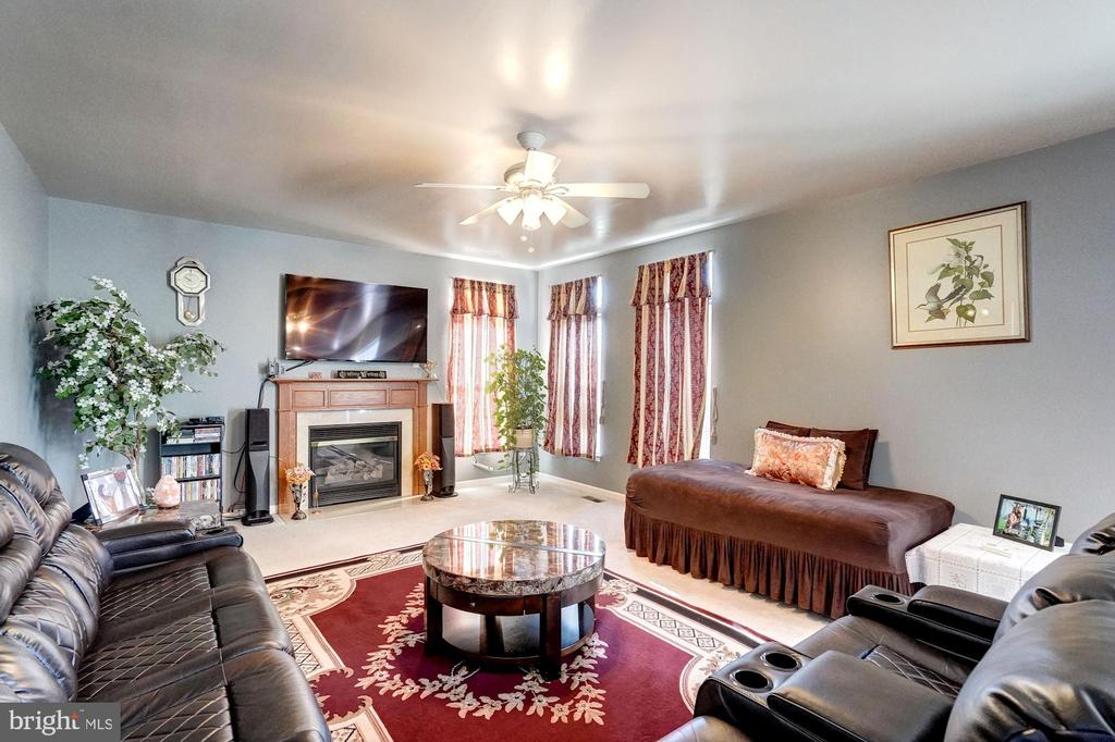 Generously spacious family room. - 43259 LECROY CIR, LEESBURG