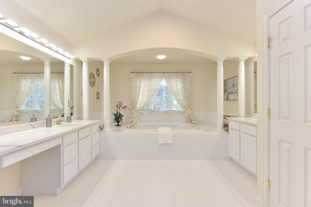 Luxurious master bath w/Quartz countertops - 10712 OX CROFT CT, FAIRFAX STATION