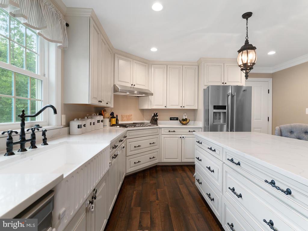 Custom kitchen with farmhouse sink and slow close - 39177 ALDIE RD, ALDIE