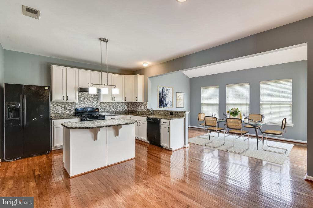 Kitchen open to light filled morning room - 25635 LAUGHTER DR, ALDIE