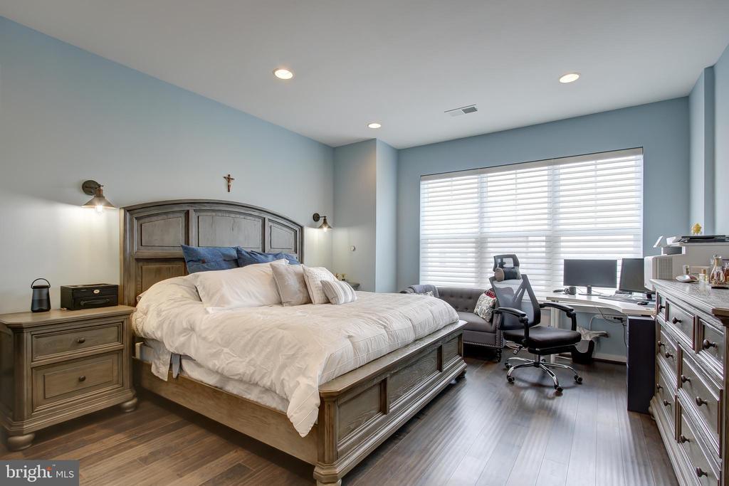 Master Bedroom easily accommodates king bed - 22983 WORDEN TER, BRAMBLETON