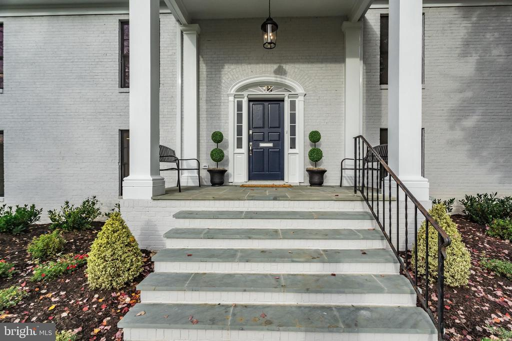 Grand front entrance with covered porch - 518 CANTERBURY LN, ALEXANDRIA