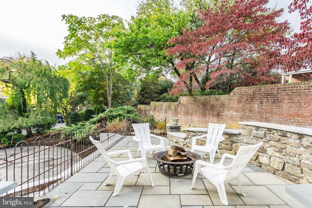 Flagstone patio extends to accommodate extra guest - 518 CANTERBURY LN, ALEXANDRIA