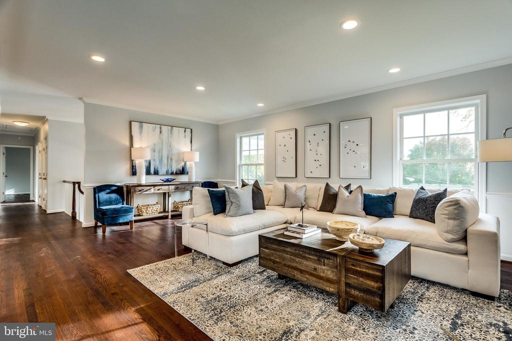 Large windows allow sunlight to pour in - 518 CANTERBURY LN, ALEXANDRIA