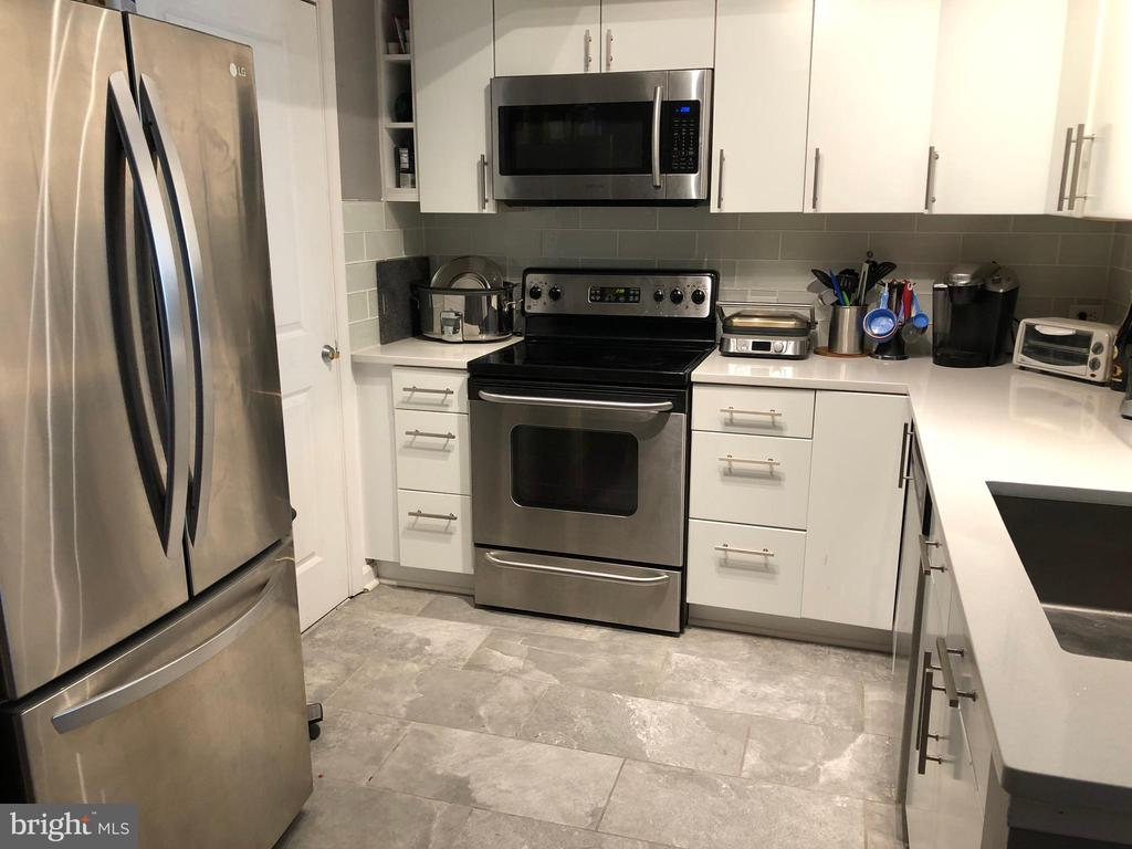 RENOVATED KITCHEN - STAINLESS - 880 N POLLARD ST #325, ARLINGTON
