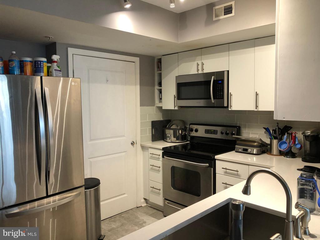 UPDATED KITCHEN - 880 N POLLARD ST #325, ARLINGTON