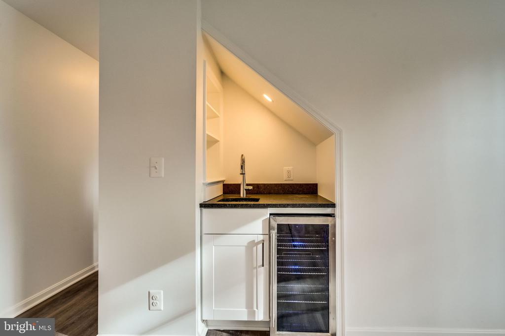 Tucked-in wet bar and beverage chiller - 518 CANTERBURY LN, ALEXANDRIA