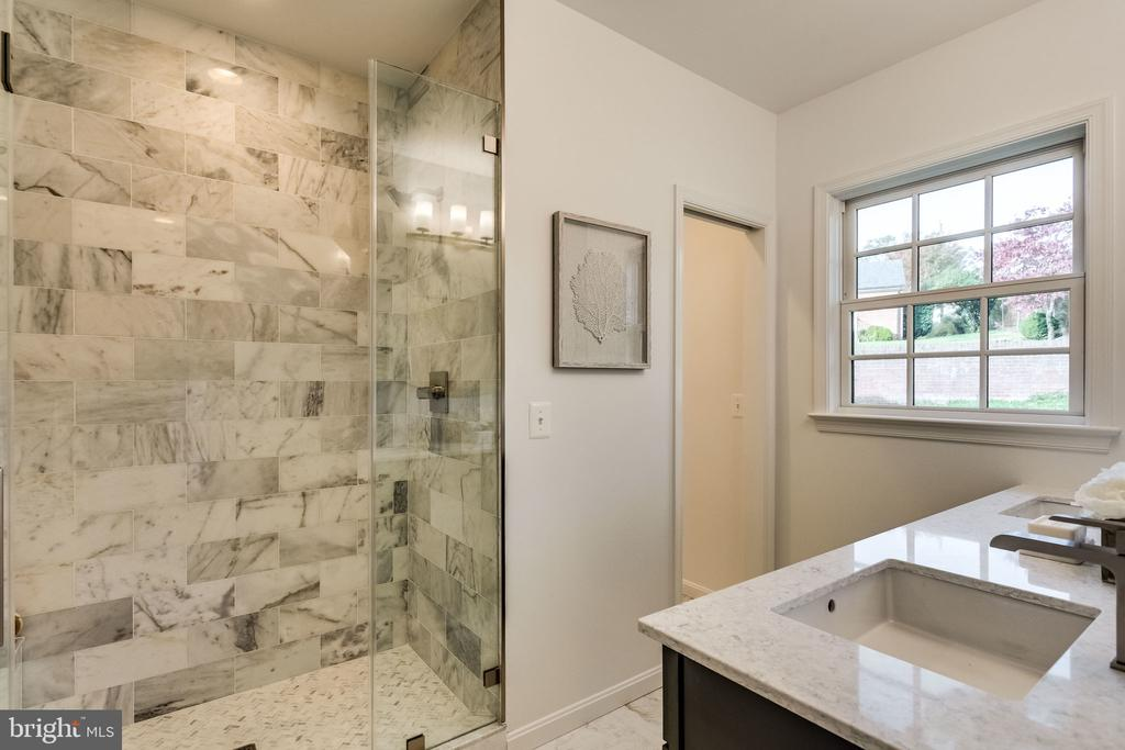 Stunning glass enclosed shower and water closet - 518 CANTERBURY LN, ALEXANDRIA