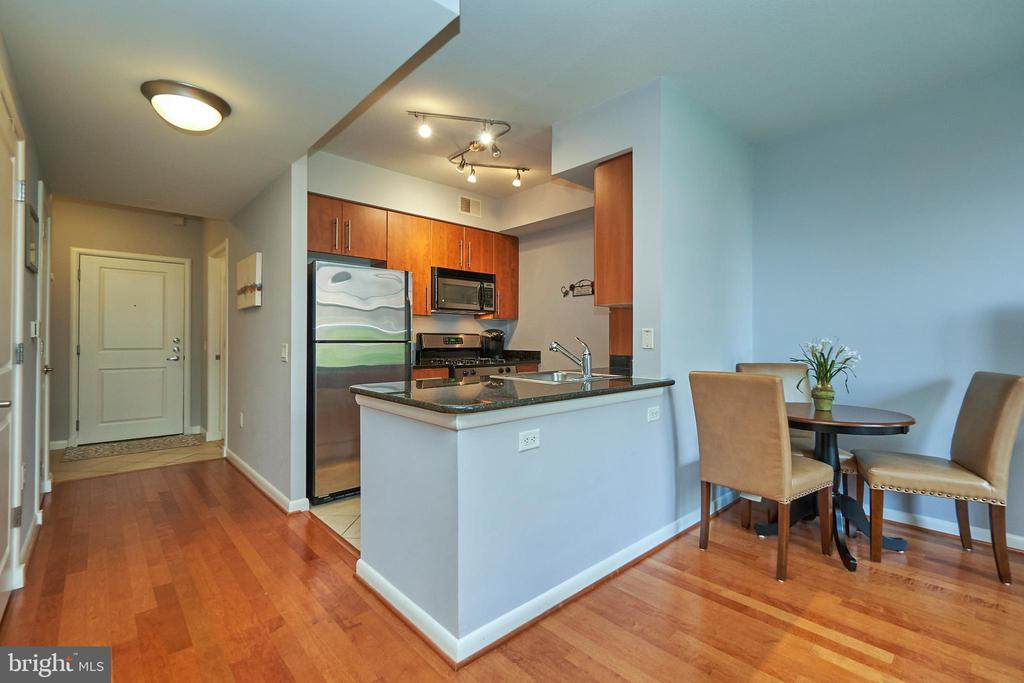 Kitchen/Dining w/ breakfast bar - 1021 N GARFIELD ST #323, ARLINGTON