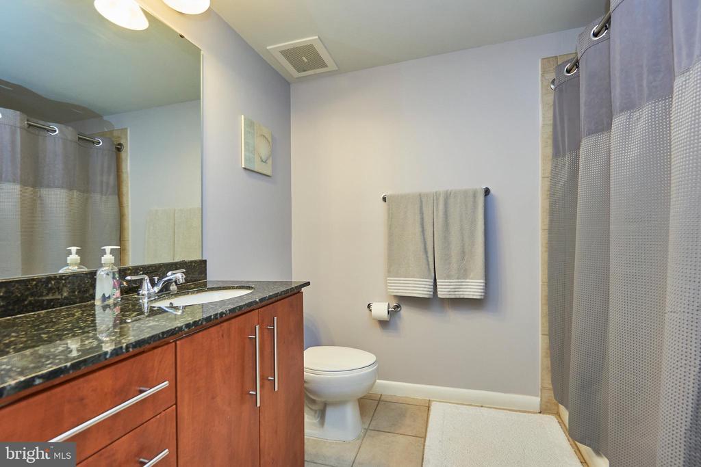 Large bath - 1021 N GARFIELD ST #323, ARLINGTON