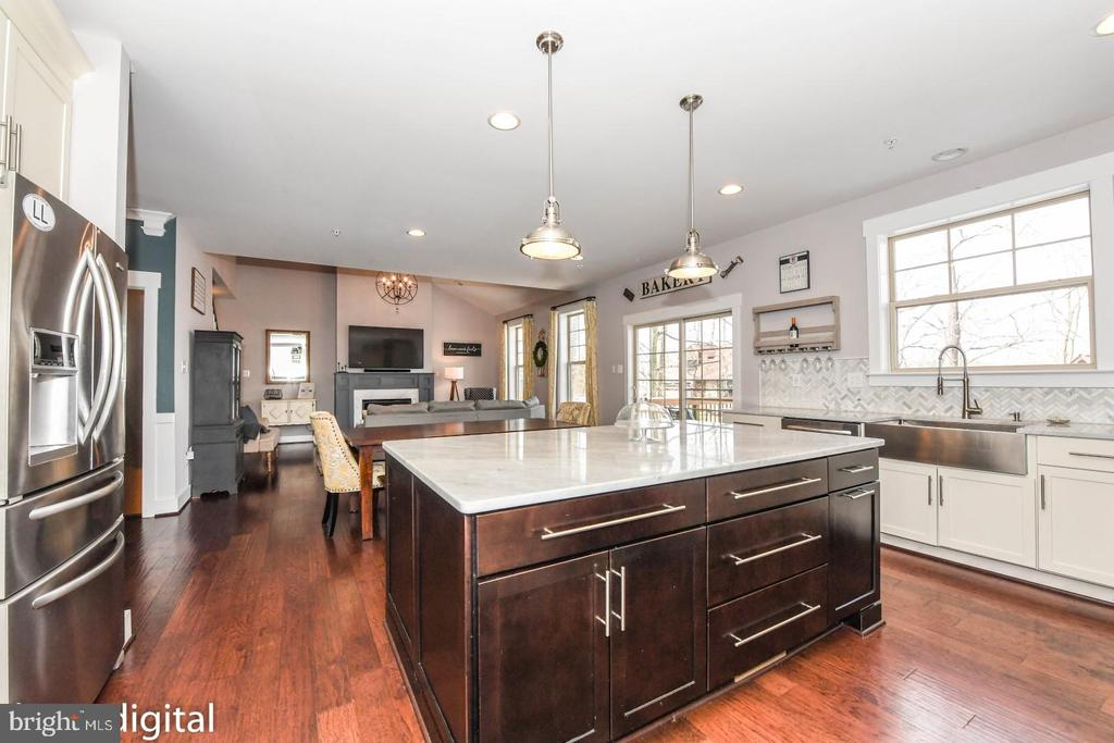 Open concept *** Home also includes a Sunroom *** - 9612 WOODLAND, NEW MARKET