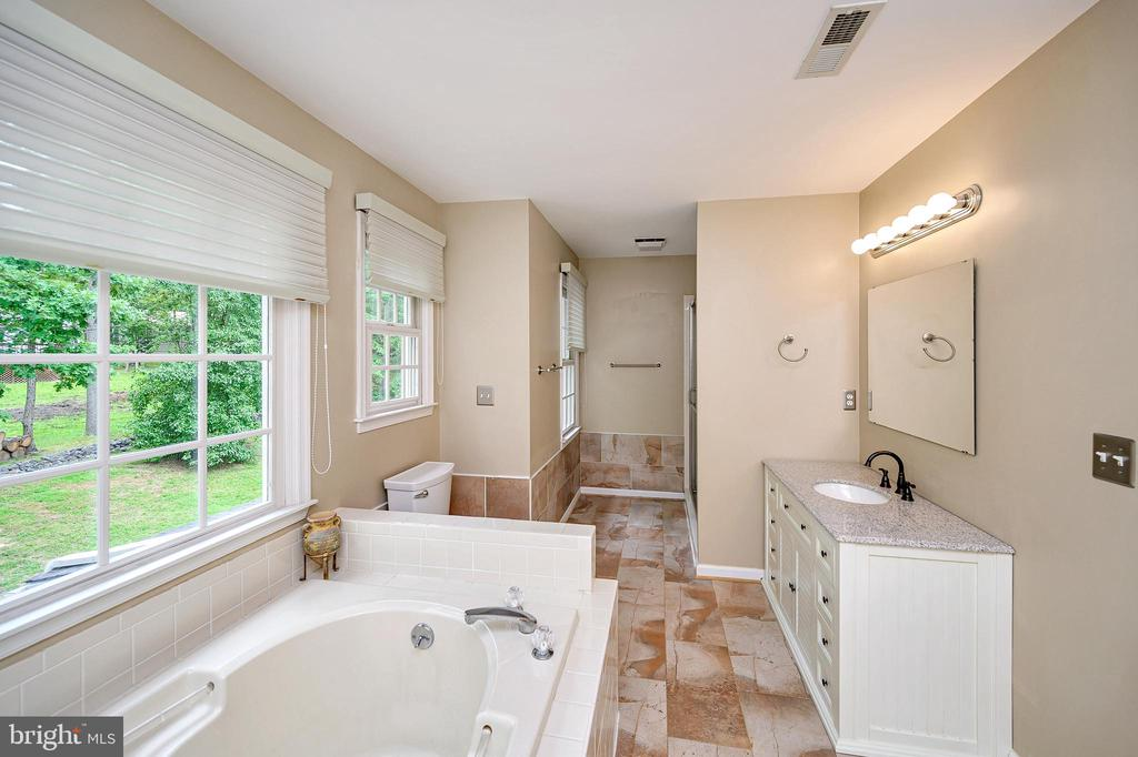 Melt away the day in the soaking tub - 109 ASHLAWN CT, LOCUST GROVE
