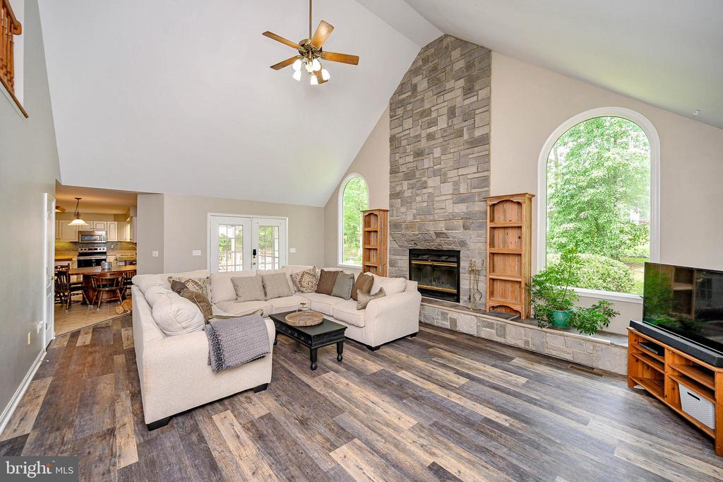Soaring ceilings & impressive stone fireplace - 109 ASHLAWN CT, LOCUST GROVE