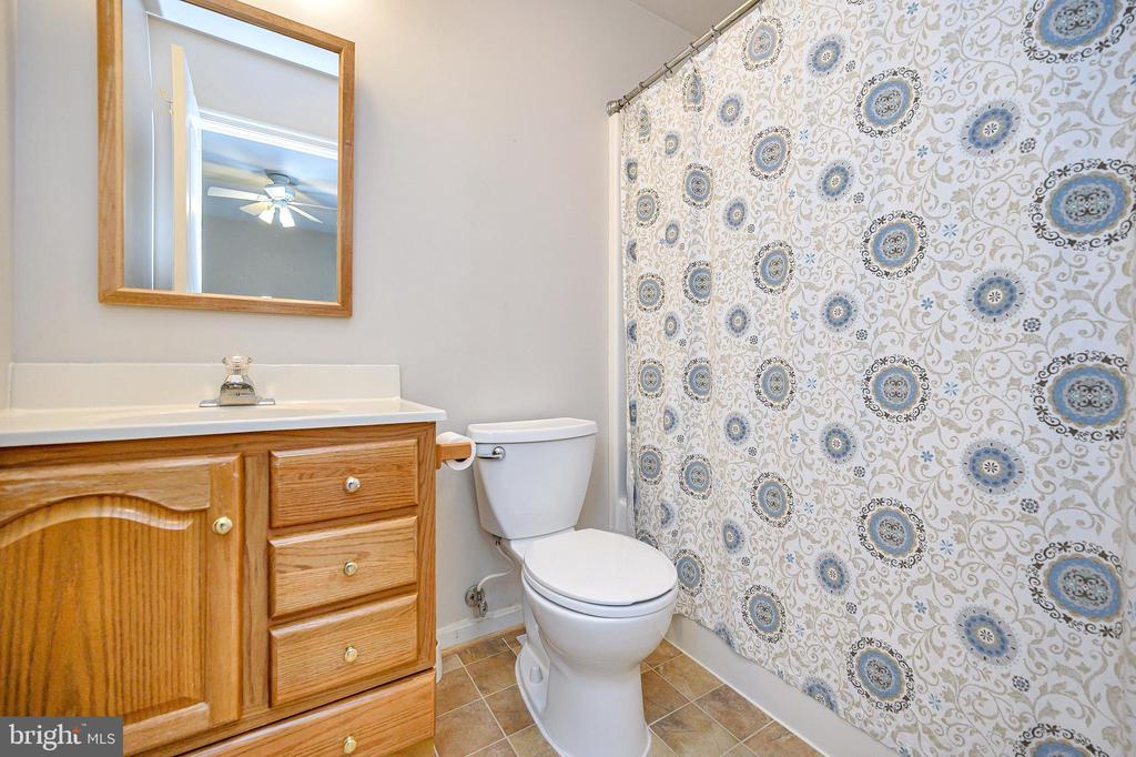Full bath upper level - 109 ASHLAWN CT, LOCUST GROVE