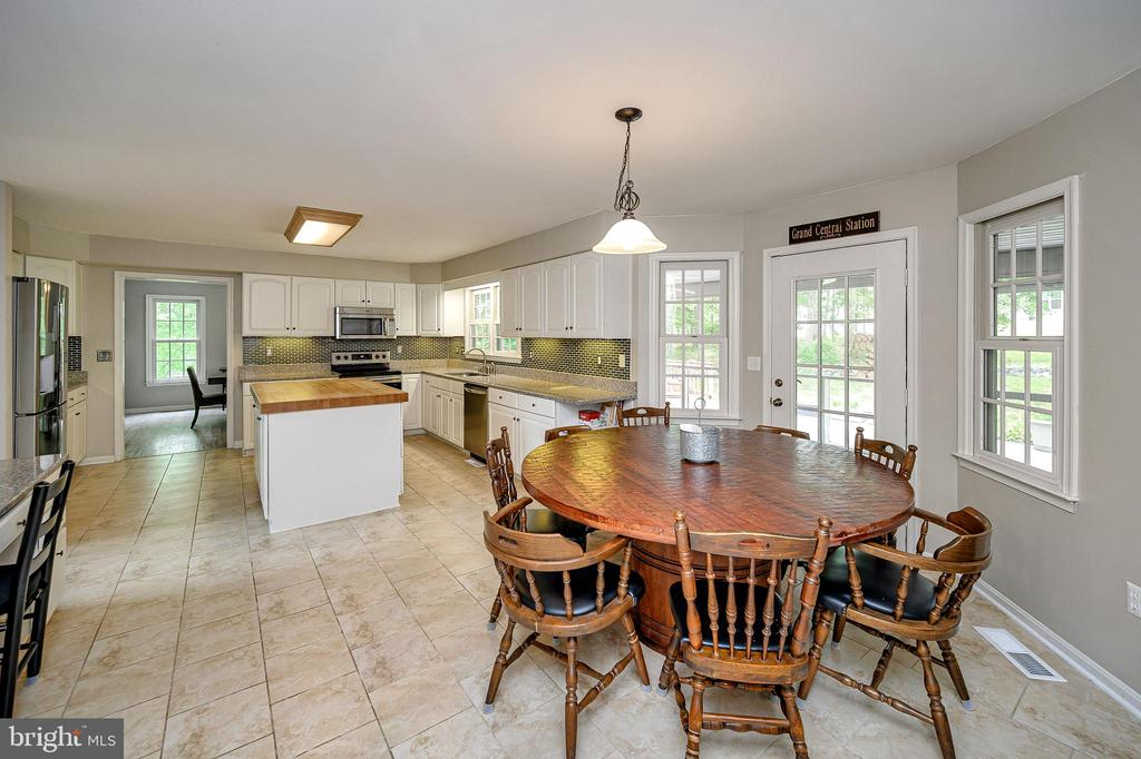 Spacious kitchen with eat in area - 109 ASHLAWN CT, LOCUST GROVE