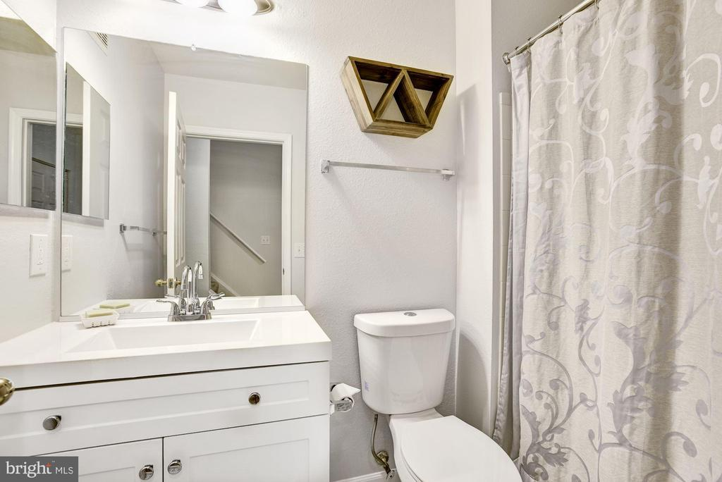 Full Bathroom #2 - Renovated in 2020! - 12861 FAIR BRIAR LN, FAIRFAX