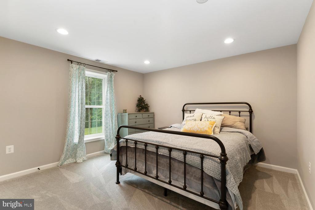 Large Basement bedroom - 39177 ALDIE RD, ALDIE