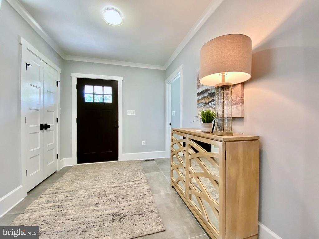 Warm, wide inviting foyer. - 705 N BARTON ST, ARLINGTON