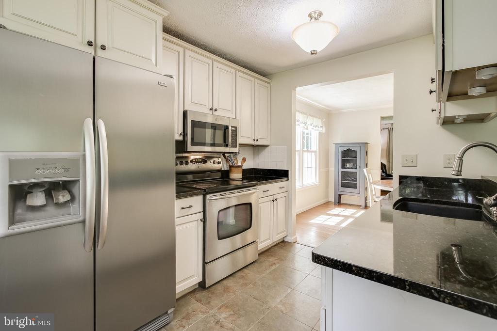 updated kitchen w/ Stainless Steel appliances - 8705-B N PACIFIC CT, MIDDLETOWN