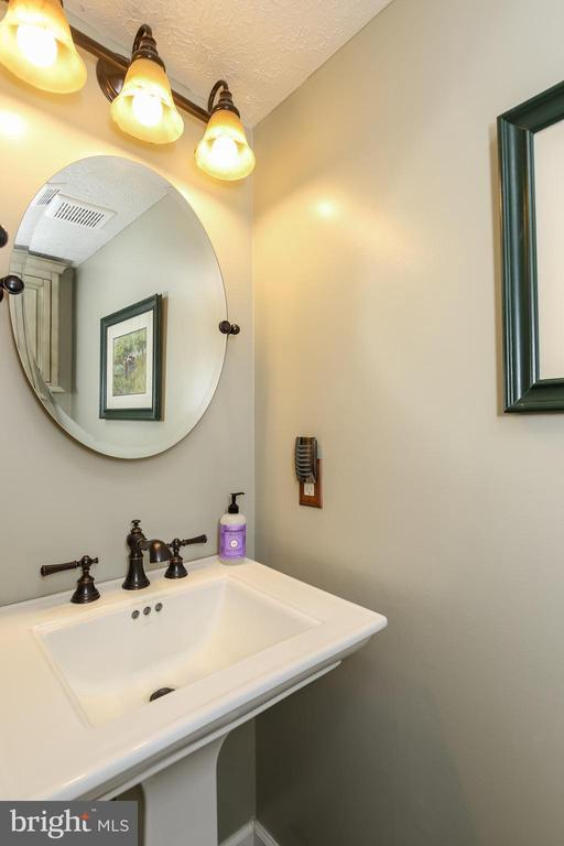 Main level powder room - 8705-B N PACIFIC CT, MIDDLETOWN