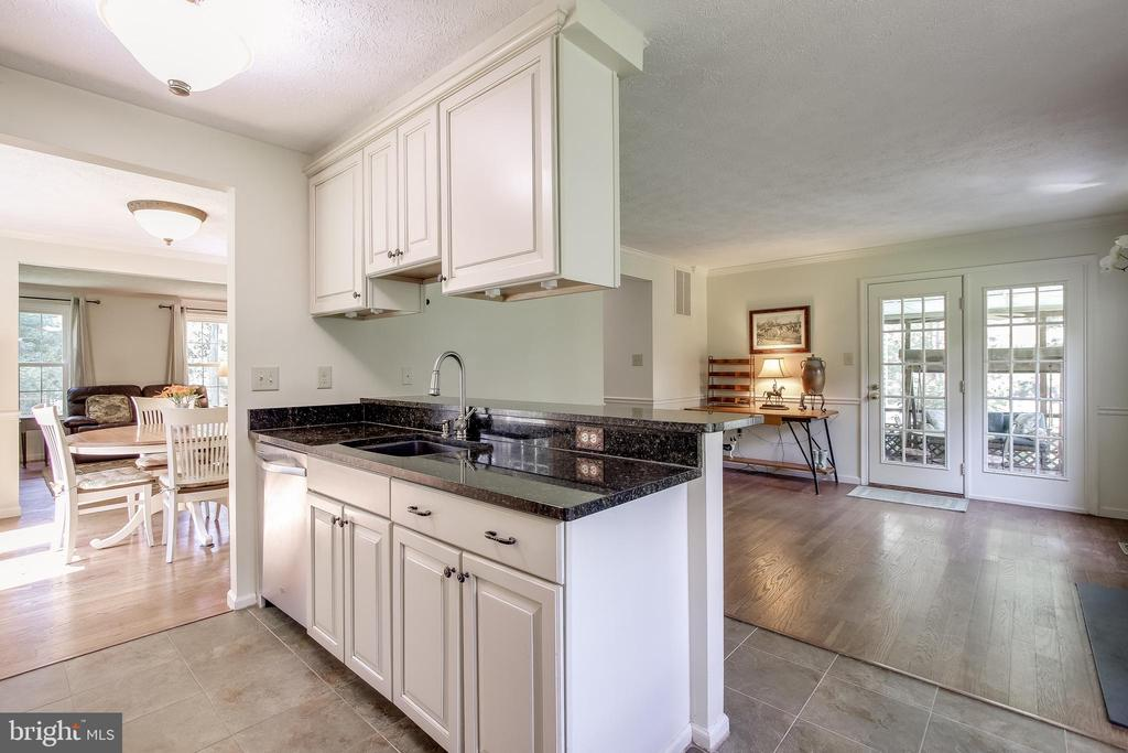 Kitchen breakfast bar - granite counters - 8705-B N PACIFIC CT, MIDDLETOWN