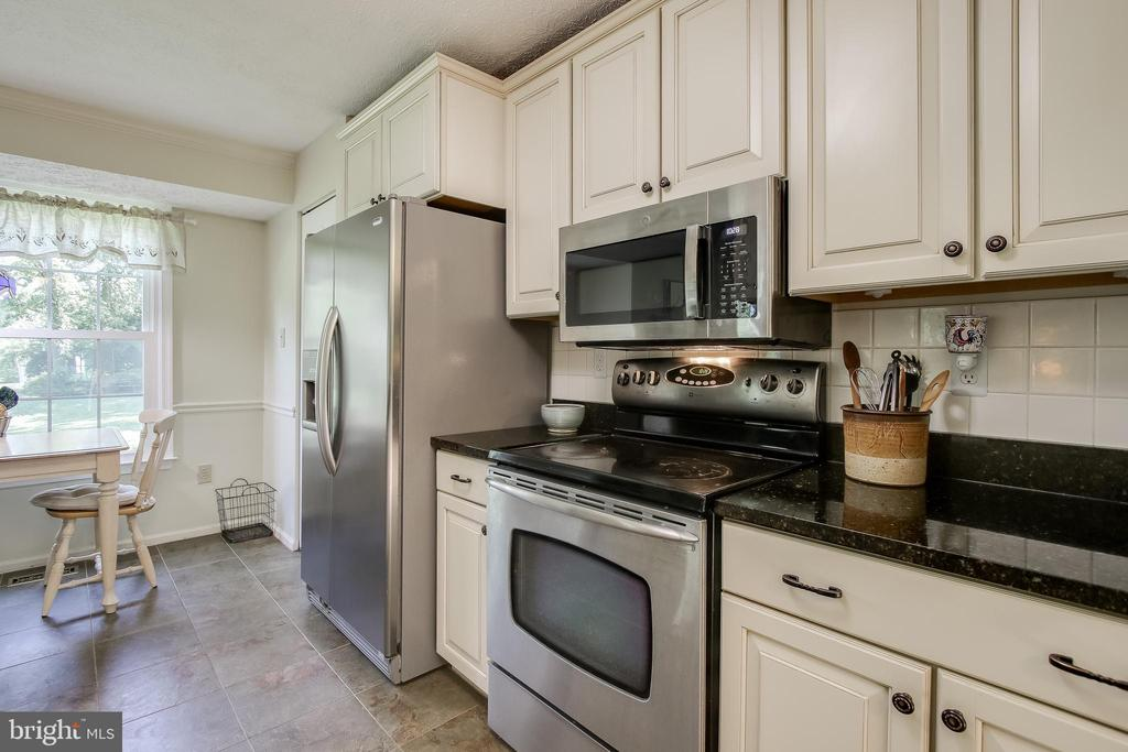 Kitchen has space for a cozy table - 8705-B N PACIFIC CT, MIDDLETOWN
