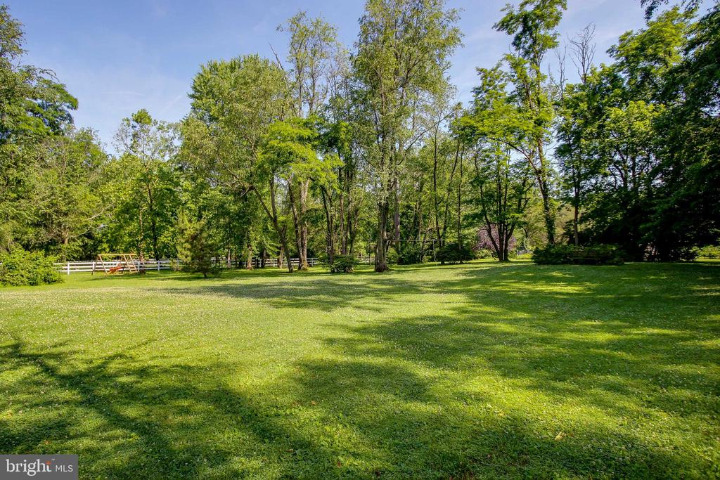 backs up to trees- very private yard - 8705-B N PACIFIC CT, MIDDLETOWN