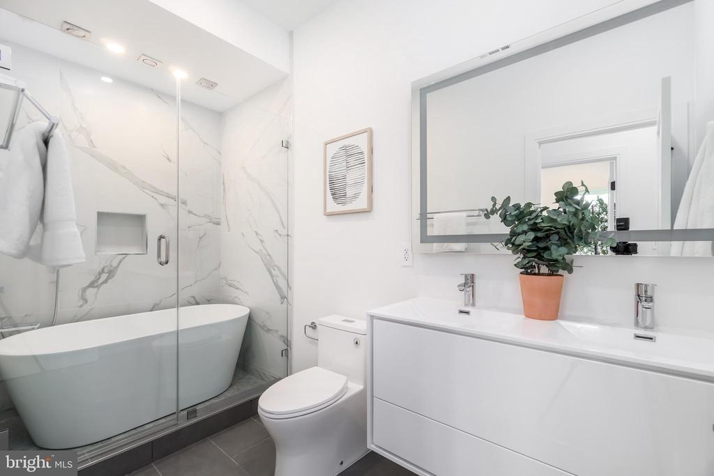 Second full bathroom w/ soaking tub & glass shower - 432 MANOR PL NW #2, WASHINGTON