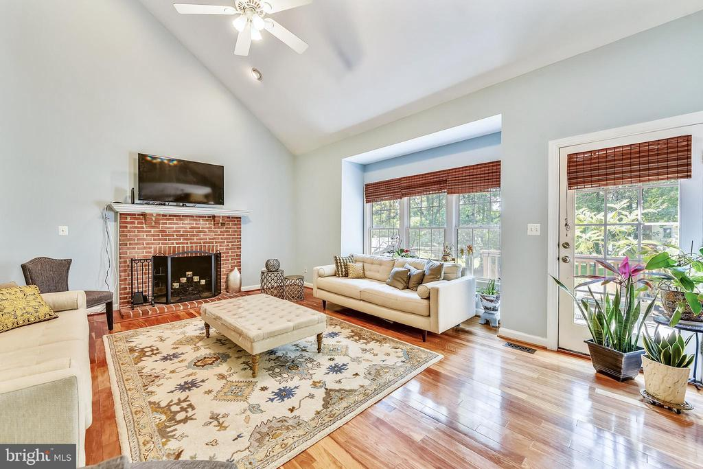 Huge 2 story family room - 43351 RITTER LN, CHANTILLY
