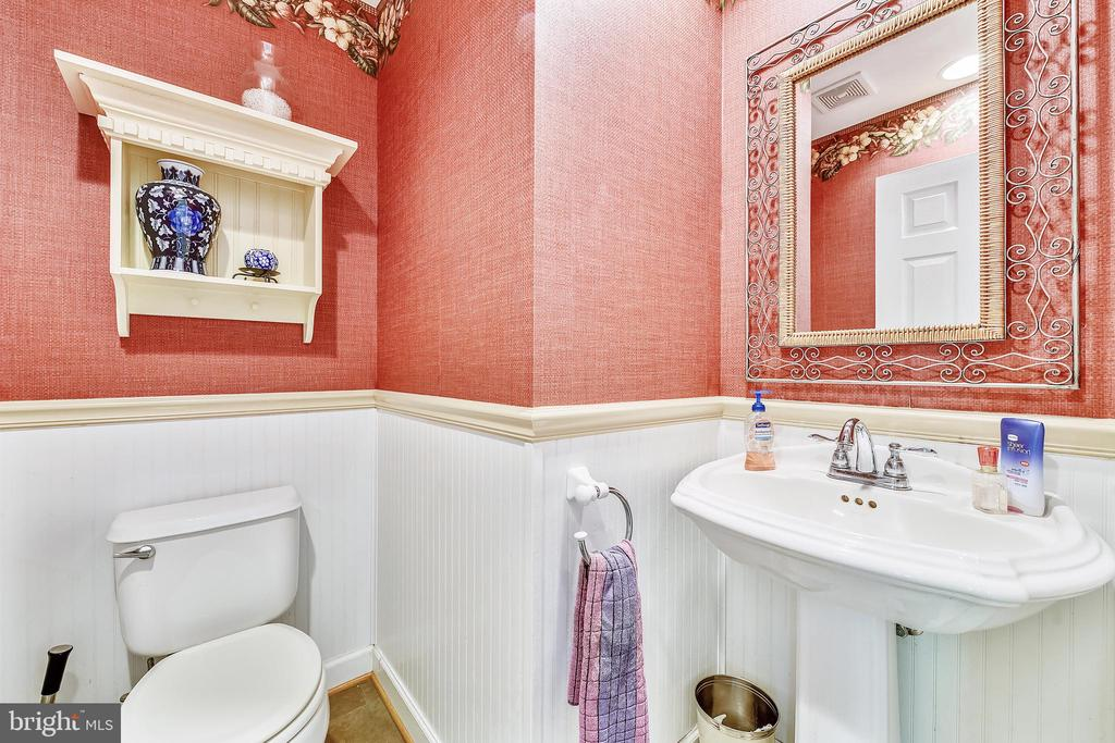 1st floor powder room - 43351 RITTER LN, CHANTILLY